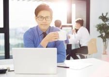 Geschäftsmannarbeit im Büro auf Computer lizenzfreie stockfotos