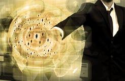 Geschäftsmannarbeiten mit Geschäft und Technologie Netz-Anzeige Lizenzfreie Stockbilder