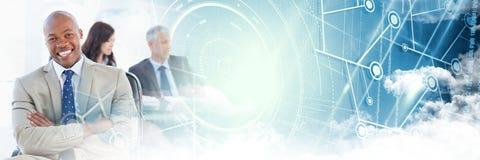 Geschäftsmannarme falteten sich mit blauer intelligenter Technologie und bewölken Übergang Lizenzfreie Stockbilder