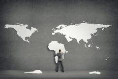 Geschäftsmannattachés zur Wand der Kontinente lizenzfreies stockbild