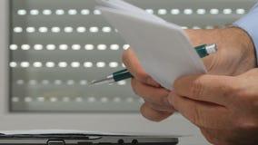Geschäftsmannbüroarbeit, die Zahlungsdokumente nach Steuer und Rechnungen sucht stock video footage