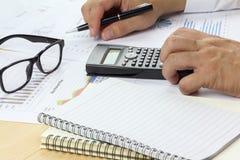 Geschäftsmannbehälter und denken analysieren mit Diagrammfinanzierung Stockfoto
