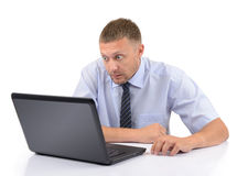 Geschäftsmannblick auf den Bildschirmlaptop Lizenzfreies Stockbild
