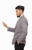 Geschäftsmannblick auf Smartphone auf weißem Hintergrund Stockfoto