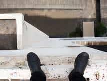 Geschäftsmannblick unten zu unten Stockbilder