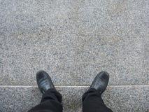 Geschäftsmannblick unten zum Boden Stockfotos