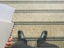 Geschäftsmannblick unten zur Treppe Stockfotos