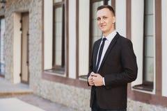 Geschäftsmannblicke und -lächeln Lizenzfreie Stockbilder