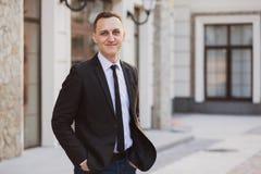 Geschäftsmannblicke und -lächeln Stockfotos