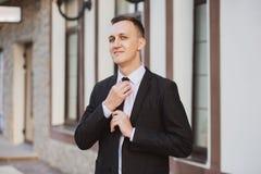 Geschäftsmannblicke und -lächeln Lizenzfreies Stockbild