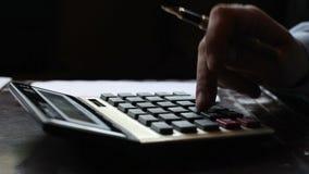 Geschäftsmannbuchhalter, der die Berechnungen schreiben Daten und nehmen Kenntnisse macht stock footage
