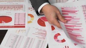 Geschäftsmannbuchhalter, der Taschenrechner für die Berechnung des Schlüsselwährungsberichts über Schreibtischbüro verwendet Fina stock video footage