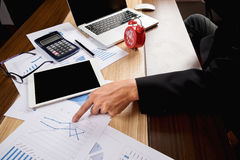 Geschäftsmanndokumente auf Bürotisch mit Laptop-Computer und Lizenzfreie Stockbilder