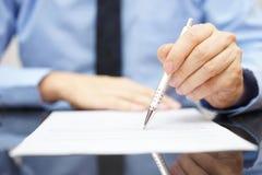 Geschäftsmannentdeckungs-Versicherungsbetrug im Vertrag stockfotos