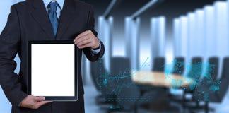 Geschäftsmannerfolg, der mit leerem Tablet-Computer sein Brett bearbeitet Stockfoto