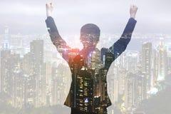Geschäftsmannerhöhungsarme oben im Siegmoment Stockbilder