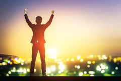 Geschäftsmannerhöhungsarme oben im Siegmoment Lizenzfreies Stockfoto