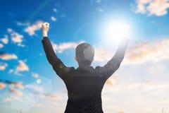 Geschäftsmannerhöhungsarme oben im Siegmoment Lizenzfreie Stockfotografie