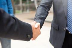 Geschäftsmannerschütterungshand, zum des Erfolgs und der Geschäftsvereinbarung zu feiern lizenzfreie stockfotografie