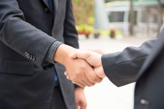 Geschäftsmannerschütterungshand, zum des Erfolgs und der Geschäftsvereinbarung zu feiern lizenzfreie stockfotos
