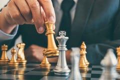 Geschäftsmannführung, die Plan des Schachs und der denkenden Strategie spielt lizenzfreies stockfoto