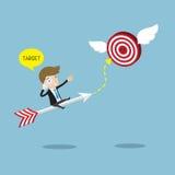 Geschäftsmannfahrten auf Pfeil und suchen Ziel Lizenzfreies Stockfoto