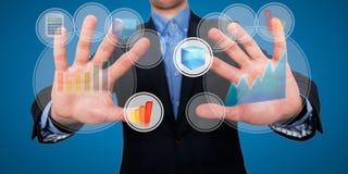 Geschäftsmannfinger berühren den Raum vor ihm am Sichttouch Screen - Archivbild Lizenzfreie Stockbilder