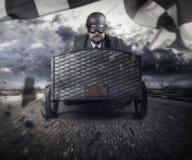 Geschäftsmannfliegen mit einem hölzernen Spielzeugflugzeug stockbild