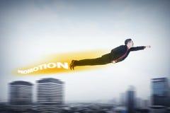 Geschäftsmannfliegen mit Förderungsschatten hinter ihm Lizenzfreie Stockfotos