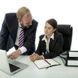 Geschäftsmannfrau am Schreibtisch erklären auf Computer lizenzfreies stockbild
