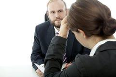 Geschäftsmannfrau am Schreibtisch ist unwohler Vertrag lizenzfreie stockfotografie