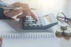 Geschäftsmannfunktion und Anwendung eines Taschenrechners für Geschäft und acco Stockbilder