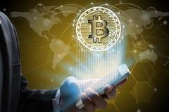 Geschäftsmanngebrauch Smartphone mit virtueller Schirm bitcoin technolog Lizenzfreie Stockfotografie