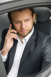 Geschäftsmanngespräch im Auto Stockbilder