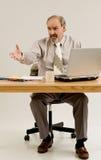 Geschäftsmanngesten, wie er Lösung anbietet lizenzfreies stockfoto