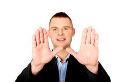 Geschäftsmanngestenstoppschild mit seinen Händen Stockfoto