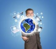 Geschäftsmanngriff Erde mit Elektronik, Diagramme stockfotos
