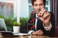 Geschäftsmanngriffstift-Zeckenauswahlkästchen lizenzfreie stockbilder