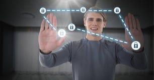Geschäftsmannhändchenhalten bis zu den Sicherheitsschlossikonen, die auf Karte anschließen Lizenzfreie Stockbilder