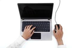 Geschäftsmannhände, die auf Laptop schreiben Stockfotografie