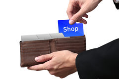 Geschäftsmannhände, die Ordner Shopkonzept auf brauner Geldbörse ziehen Stockfotografie