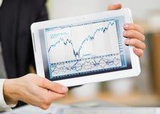 Geschäftsmannhände halten den Touch Screen Lizenzfreies Stockfoto