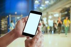 Geschäftsmannhände halten mobilen leeren Bildschirm des intelligenten Telefons Stockfotos