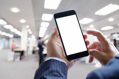 Geschäftsmannhände halten mobilen leeren Bildschirm des intelligenten Telefons Stockfoto