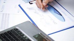 Geschäftsmannhände mit Laptop und Papieren im Büro stock footage