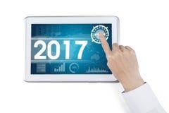 Geschäftsmannhände mit Nr. 2017 und Nomogramm Lizenzfreies Stockfoto