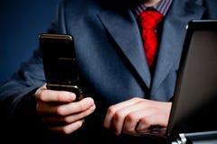Geschäftsmannhände mit Telefon Stockfotografie