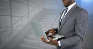 Geschäftsmannhände unter Verwendung des Laptops Stockfotos