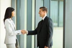 Geschäftsmannhändeschütteln mit Geschäftsfrau Stockfoto