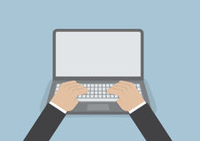 Geschäftsmannhand auf Laptoptastatur mit Monitor des leeren Bildschirms